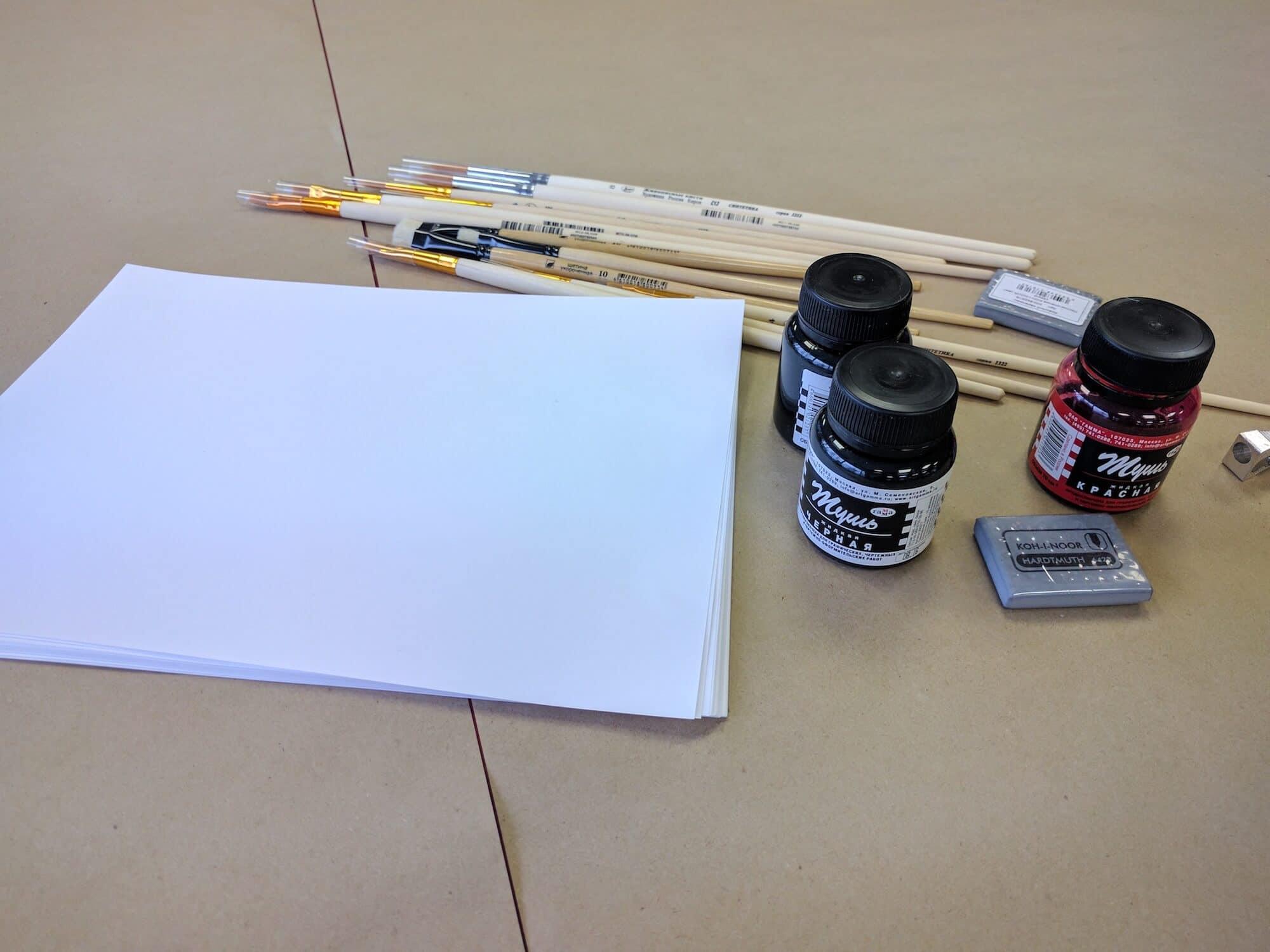 Инструменты: тушь, бумага и кисточки. Остальное осталось за кадром.